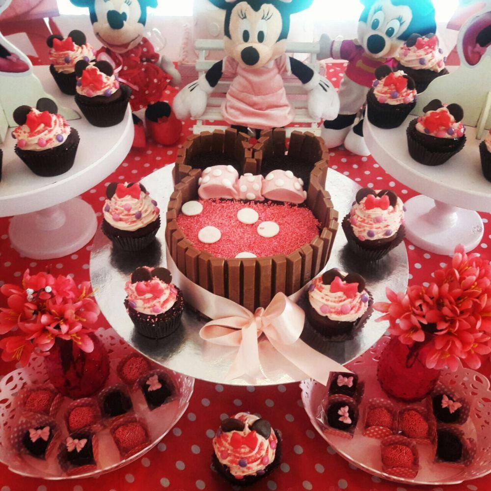 Decoração de festa da Minnie com Bolo Brigadeiro com Kitkat Disney Minnie, Cupcakes e Doces Finos