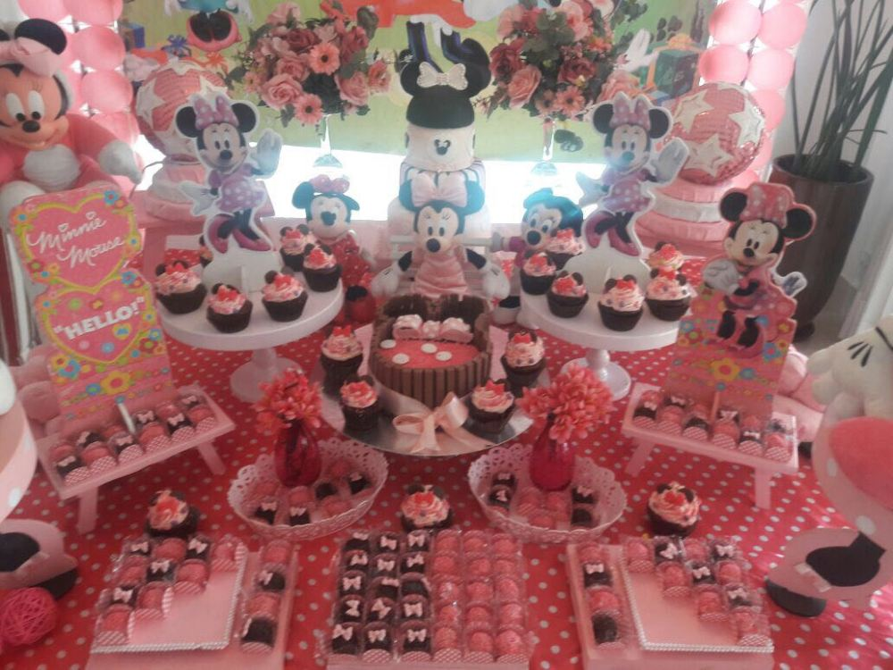 Decoração completa de festa da Minnie com Bolo Brigadeiro com KitKat Disney Minnie, cupcakes e Doces Finos